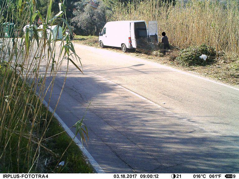 Montesilvano, fototrappole incastrano 12 incivili che gettano rifiuti per strada