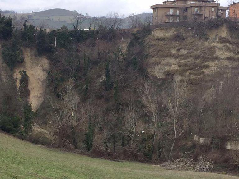 Campli, frana la terra anche a Castelnuovo: evacuate diverse abitazioni