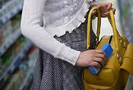 Avezzano, sorpresa a rubare cosmetici: in manette 25enne