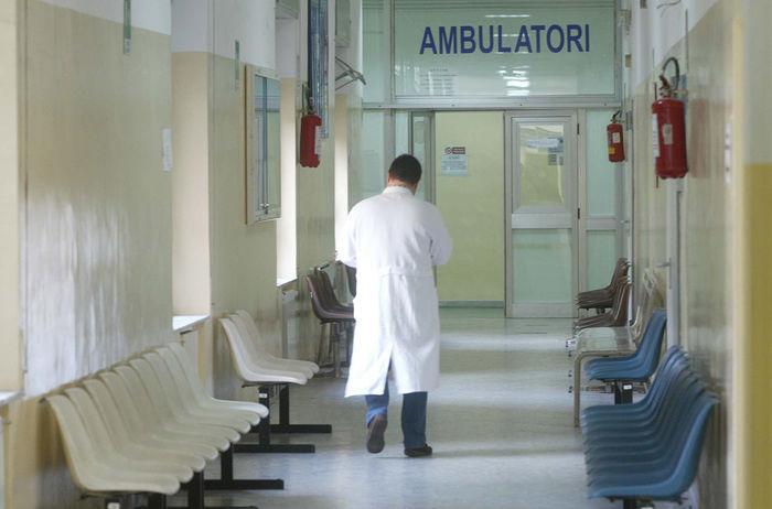 Nell'aquilano chiudono 4 guardie mediche: proteste e tessere elettorali bruciate