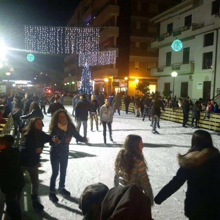 Pineto d'Inverno con la pista di pattinaggio e gli eventi natalizi