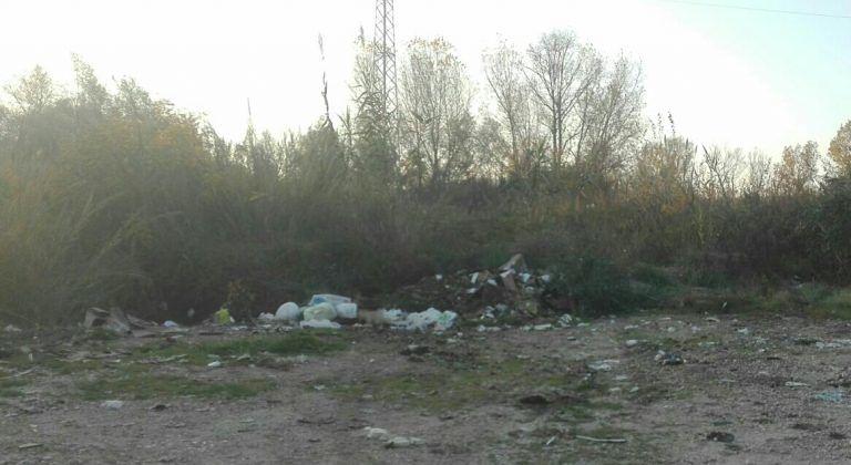 Roseto, ad una settimana dalla pulizia ricompaiono i rifiuti lungo il Vomano FOTO