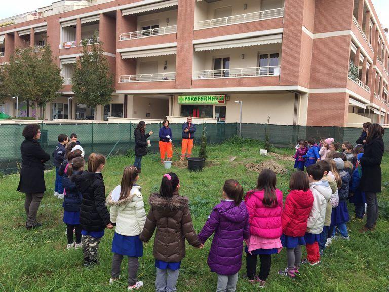 Pineto, sette abeti piantati dai bambini per la festa dell'albero FOTO