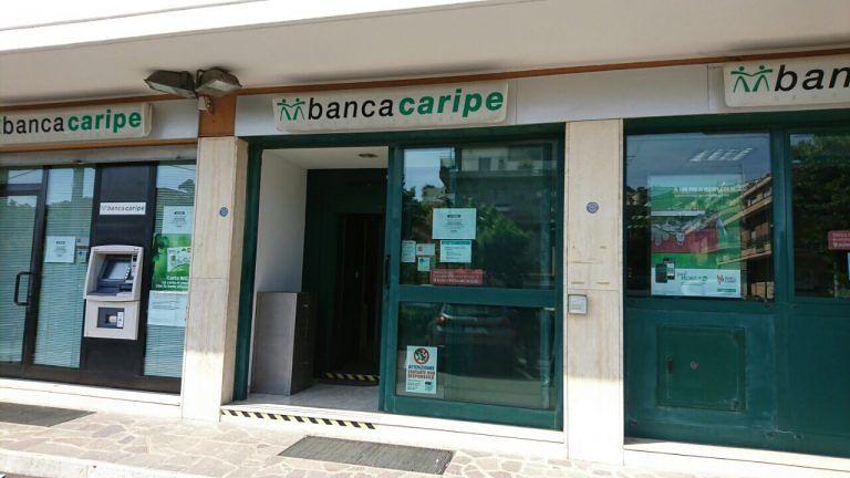 Pescara, rapina in banca da 70mila euro: dipendenti legati