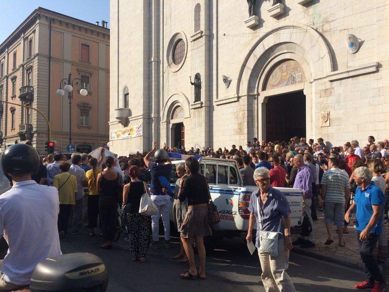 Pescara, addio al proprietario dell'Orsa maggiore: bagno di folla ai funerali di Rabuffo FOTO