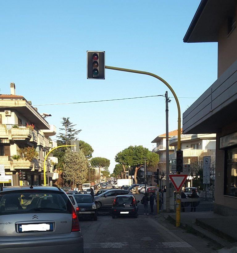 Alba Adriatica, via Roma: carambola di auto all'incrocio con viale Mazzini