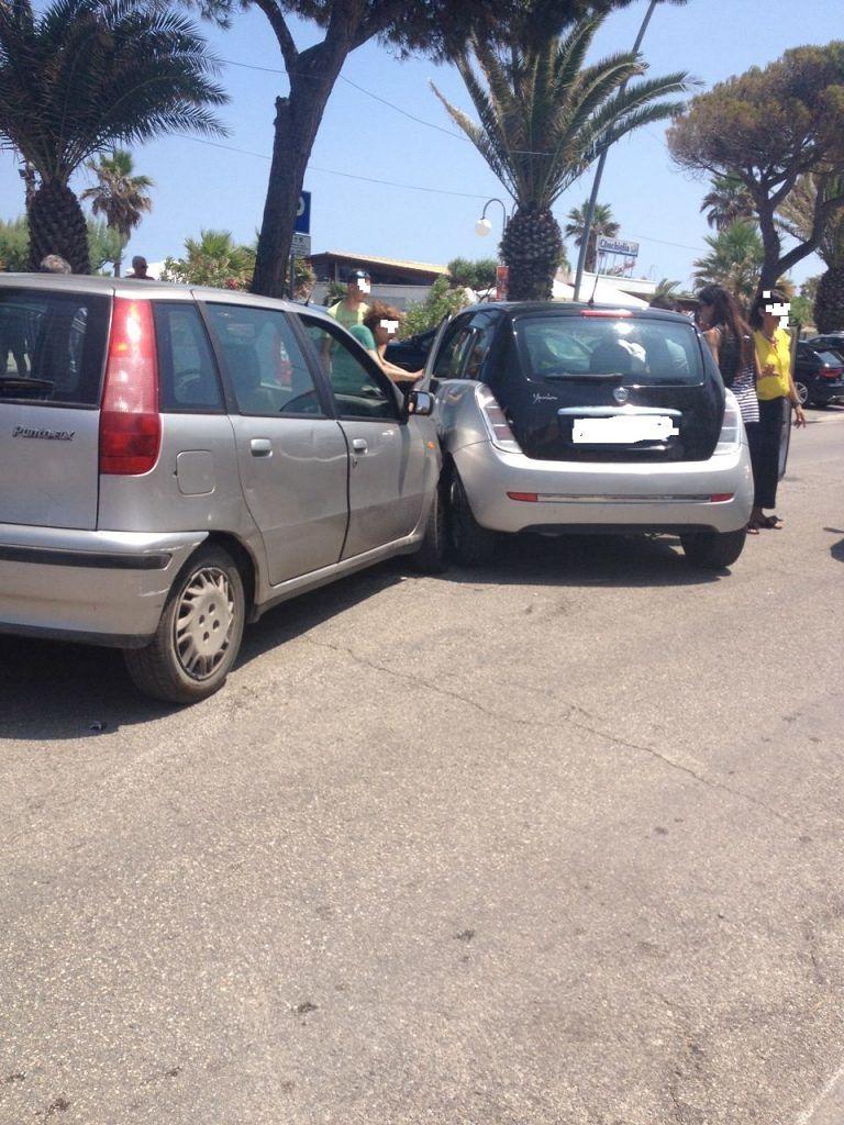 Tortoreto, due auto si scontrano sul lungomare FOTO
