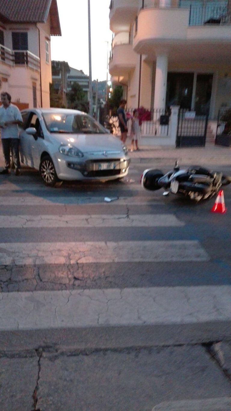 Tortoreto, auto si scontra con uno scooter sul lungomare