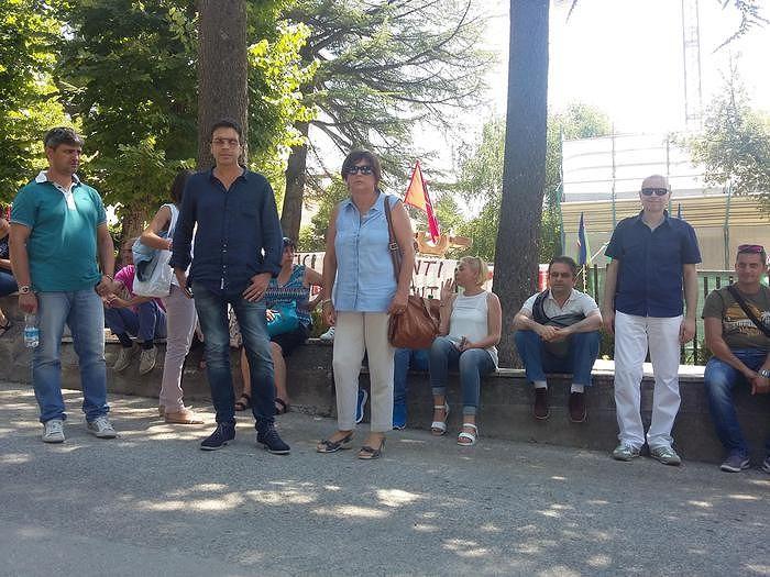 Abruzzo in crisi, lavoratori protestano davanti all'Emiciclo