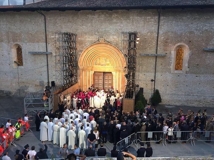 Perdonanza, chiusa la Porta Santa: arcivescovo 'abbraccia' i terremotati