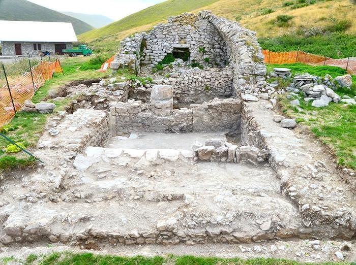 L'Aquila, scoperta chiesa del XII secolo vicino Campo Imperatore