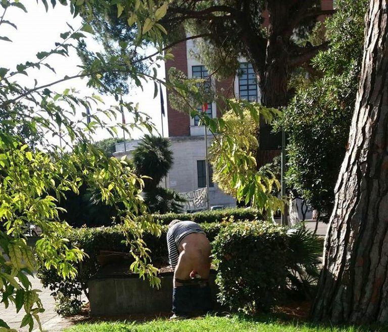 Pescara, il giardino del Comune utilizzato come latrina