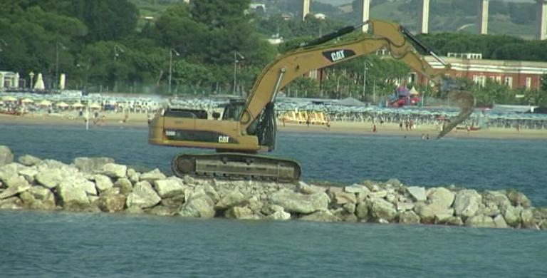 Giulianova, lavori al porto: prende forma il nuovo molo convergente (FOTO)