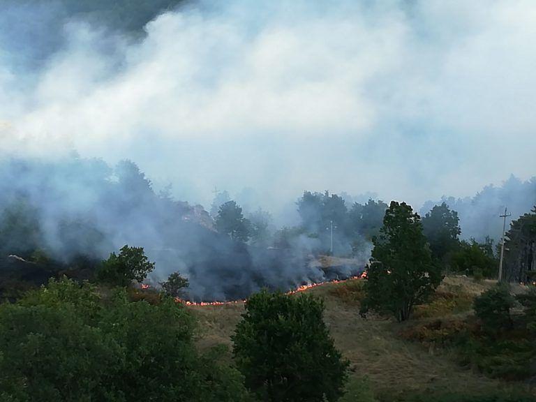 Teramo, vasto incendio a Magnanella FOTO