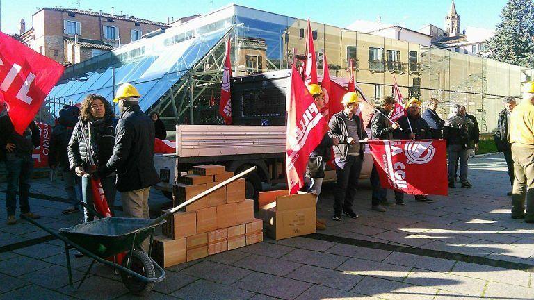 Teramo, la Fillea Cgil in piazza per chiedere l'apertura dei cantieri FOTO-VIDEO
