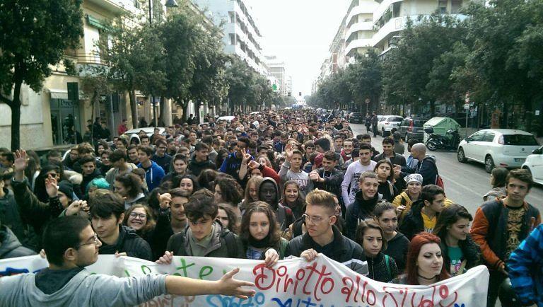 Pescara, mille studenti sfilano in corteo: un minuto di silenzio per Parigi e 'no' a Ombrina Mare FOTO