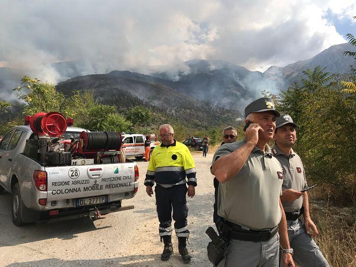 Incendi, Monte Morrone da 12 giorni in fiamme: aumentano le forze in campo
