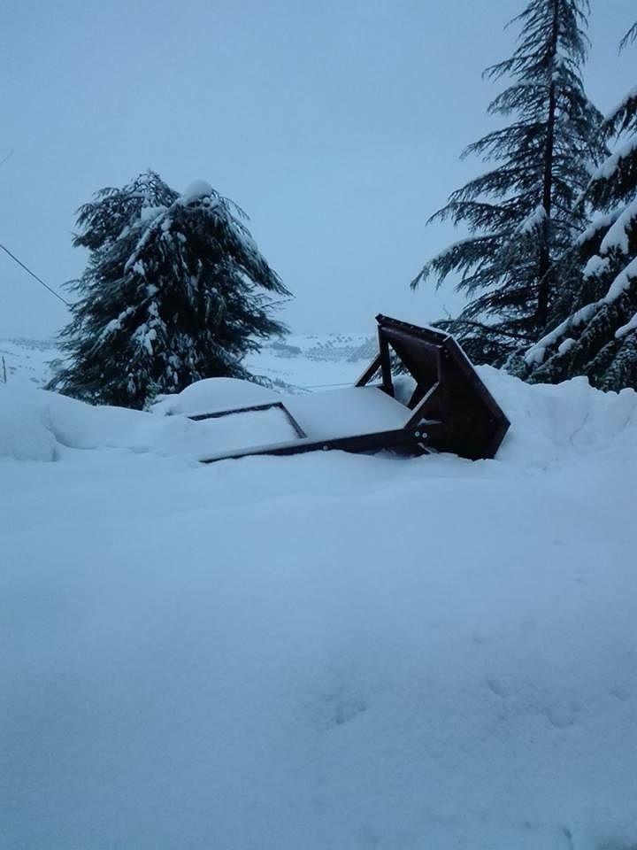 Montefino, novantenne bloccata in casa dalla neve: presa in spalla dai vicini