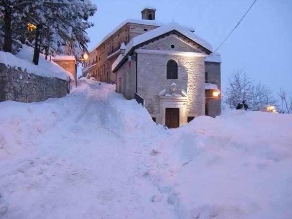 Abbateggio, borgo danneggiato dal maltempo: lo ristrutturano i cittadini