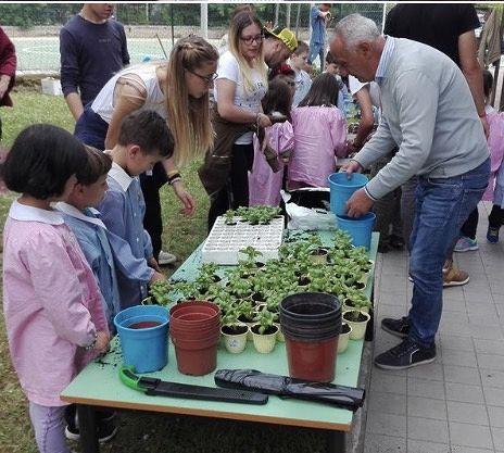 Campli, l'orto botanico con i bimbi della scuola materna