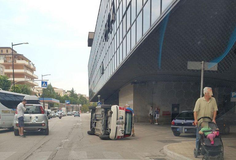 Pescara, auto si ribalta dietro la stazione FOTO