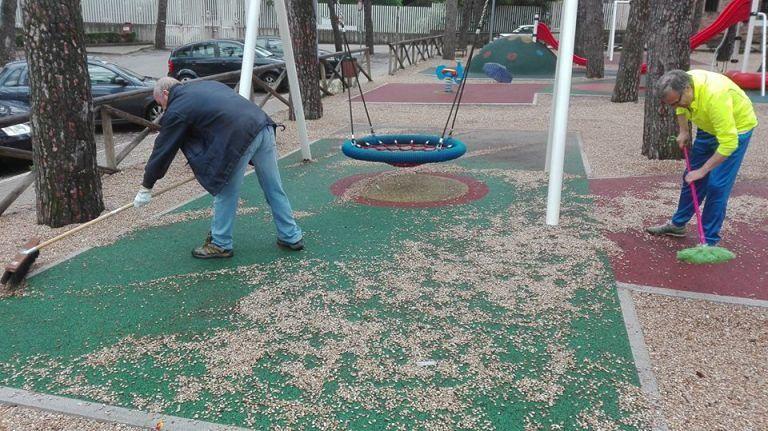Teramo, i 5 Stelle ripuliscono anche il parco giochi del Tribunale – FOTO