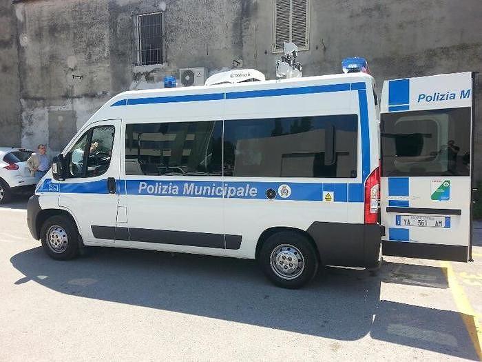 Pescara, il vento abbatte un palo: paura in via Caravaggio