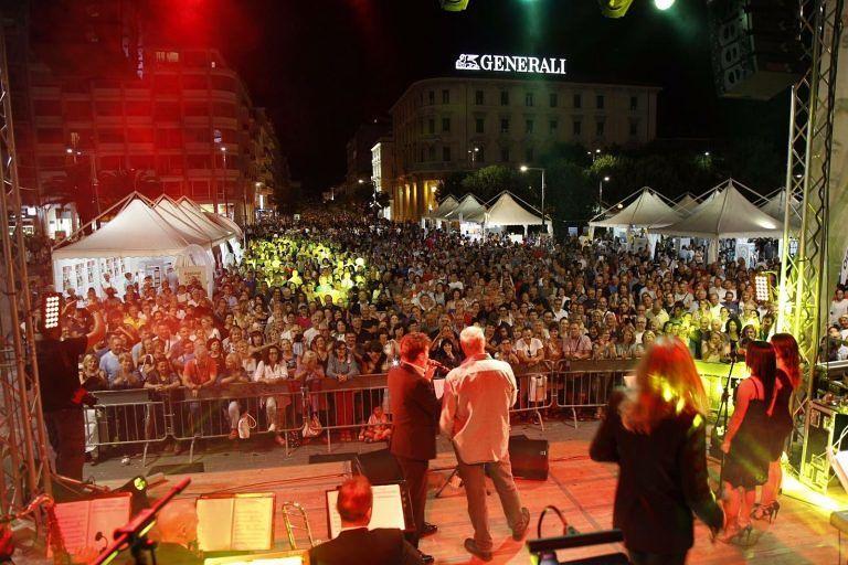 Pescara, notte dei saldi: piazza Salotto gremita