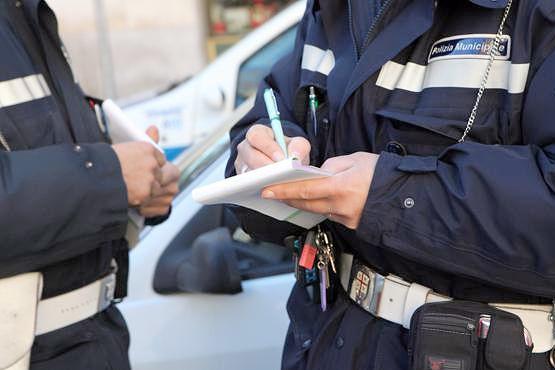 Pescara, aggredisce i vigili che gli sequestrano l'auto: denunciato buttafuori