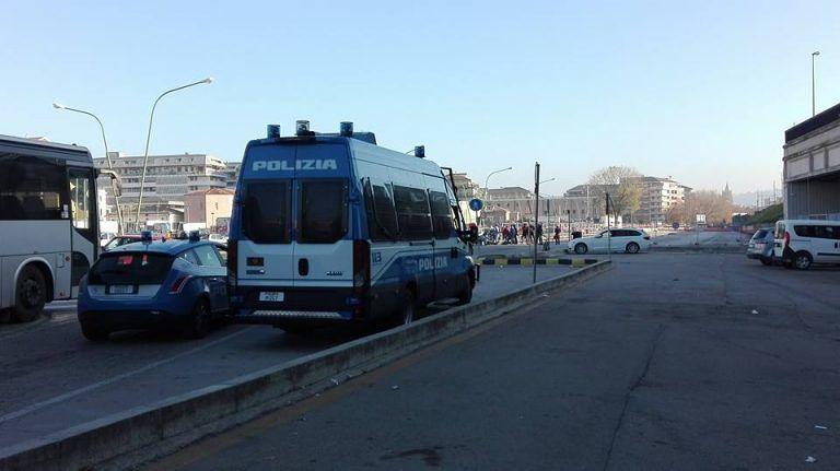 Pescara, la Polizia alla stazione per sciogliere il presidio degli extracomunitari FOTO