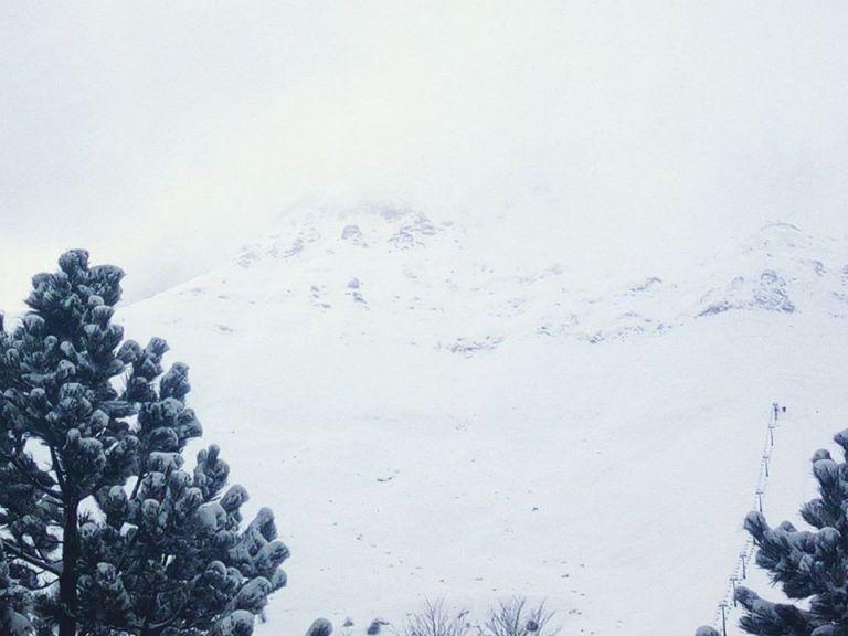 Neve sulla montagna teramana, autobus invade carreggiata opposta