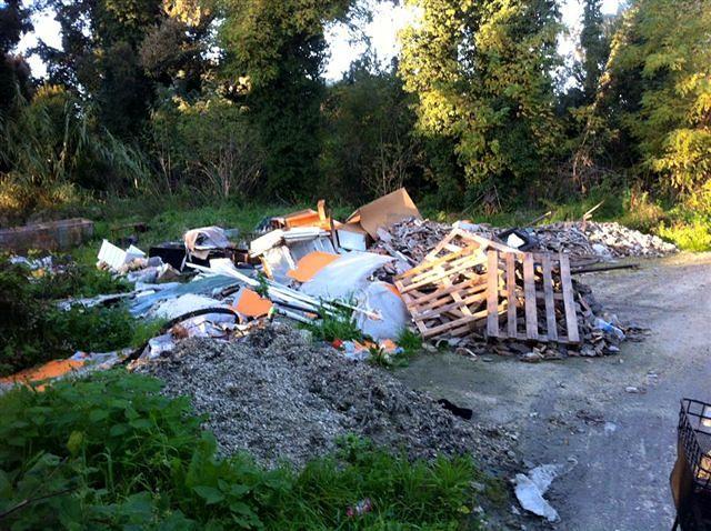 """Pescara, in bici sul lungofiume sud. La denuncia di Fiab """"Un cumulo di rifiuti rovina il paesaggio"""""""