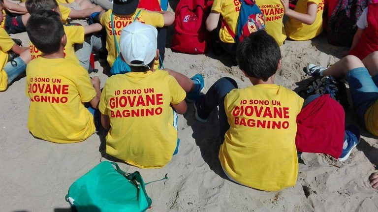 Roseto, festa grande in spiaggia con i bimbi delle elementari per Mare da amare (VIDEO/FOTO)