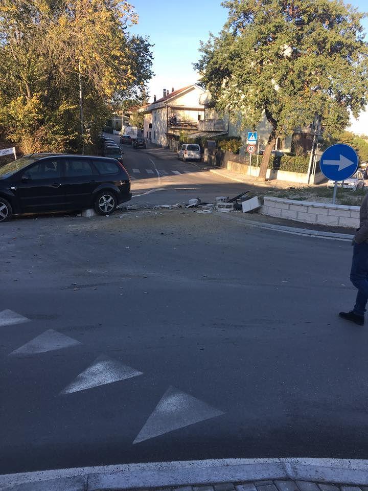 Teramo, colpita e affondata (di nuovo) la rotonda di Villa Mosca FOTO