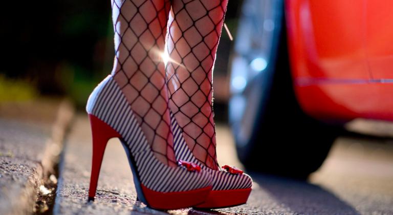 Alba Adriatica, la fa prostituire per incassare denaro: a processo