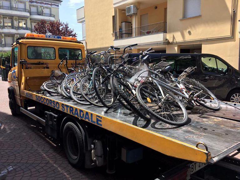 """Alba Adriatica, scoperto il """"deposito"""" delle biciclette rubate FOTO"""
