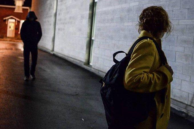 Pescara, pedinamenti e scritte sui muri: arrestato per stalking