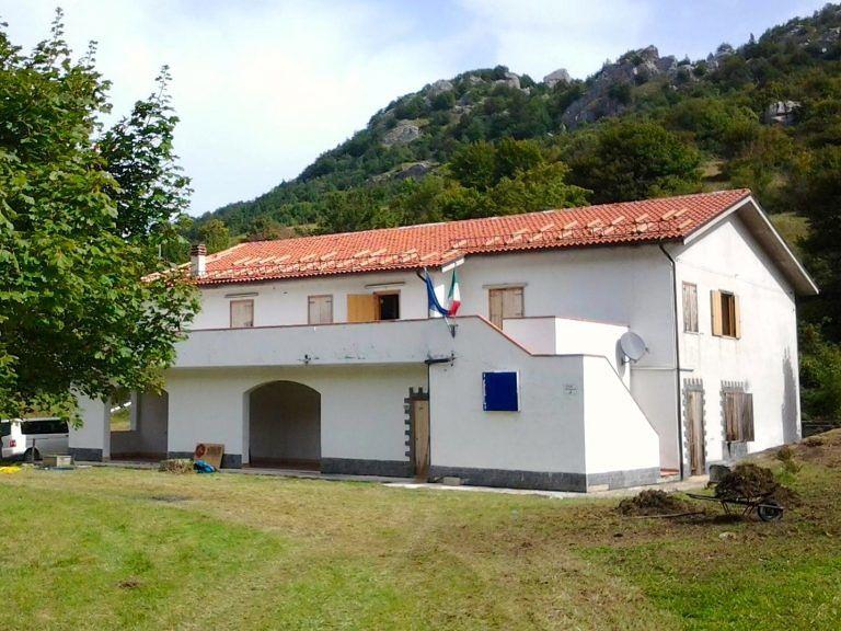 Villa Celiera, rubano 7 quintali di alluminio dal camping: presi mentre smontano i termosifoni
