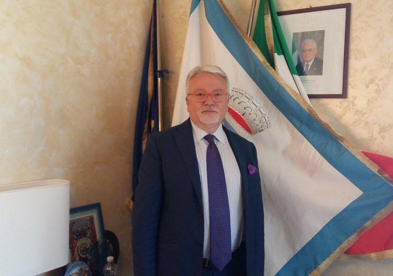 Tortoreto, diritti dei bambini: il commissario dona poesie agli scolari