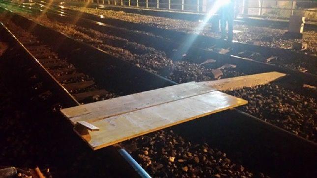 Pescara, tavole di legno sui binari per far deragliare il treno: denunciato 33enne
