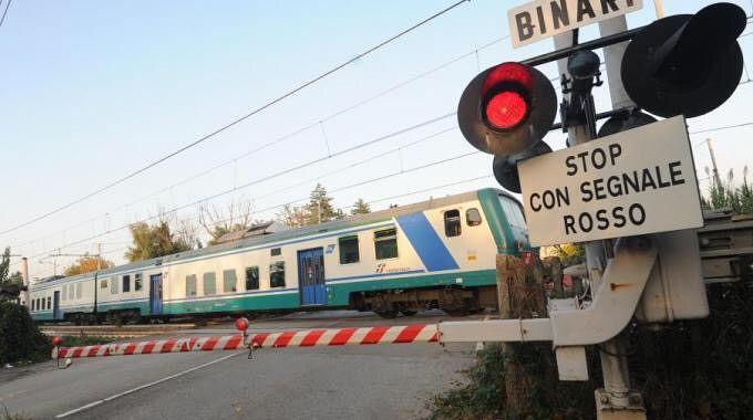 """Teramo, """" sfiorato"""" dal treno mentre attraversa i binari"""