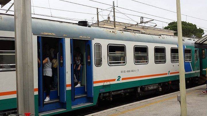 Sasso contro treno diretto a Pescara: passeggero resta illeso