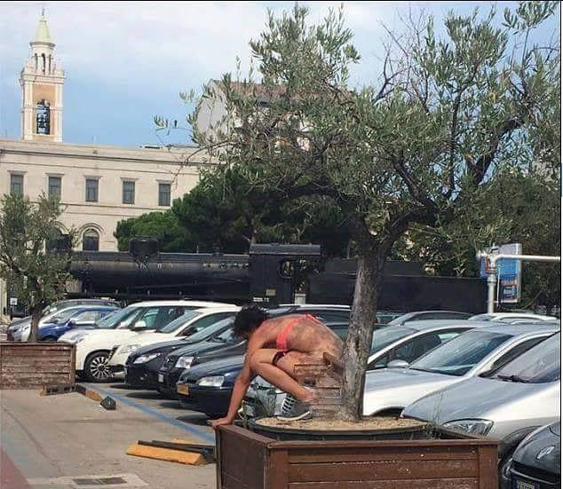 Pescara, pipì davanti alla stazione: denunciata