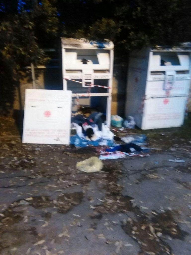 Silvi, vandali danneggiano i cassonetti della Caritas