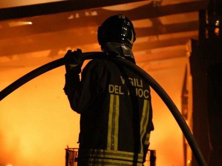 Notte di fiamme ad Alanno: incendio allo Scalo