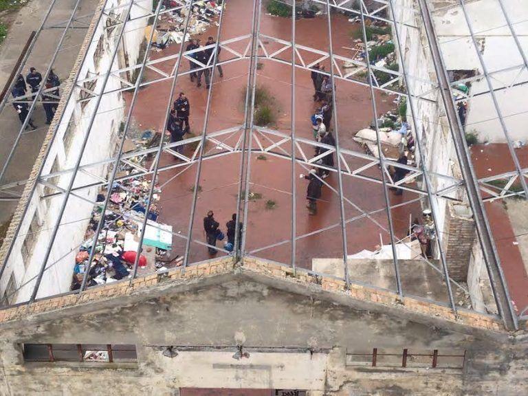 Pescara, operazione interforze all'ex consorzio agrario: sgomberato il rifugio dei 'disperati' FOTO