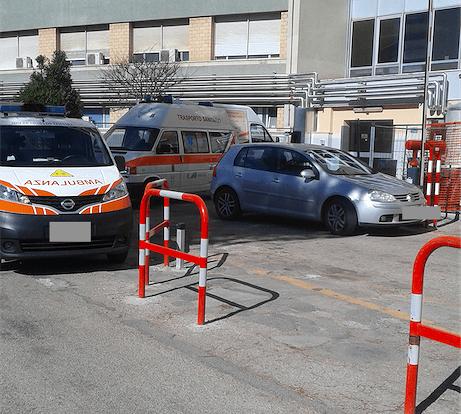 Teramo, mezzi bloccano passaggio ambulanze al Mazzini FOTO