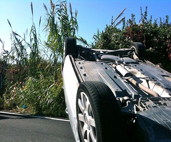 Capestrano, auto si ribalta sulla Statale 153: due feriti