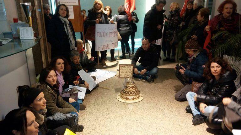 Pescara, nuova protesta lavoratori Maiella e Morrone: 'torta' a D'Alfonso