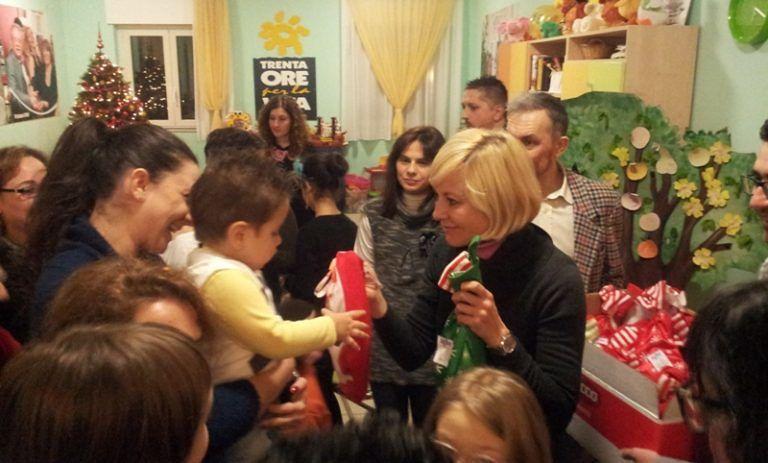 Pescara, Antonella Elia befana a sopresa per i bimbi dell'Agbe